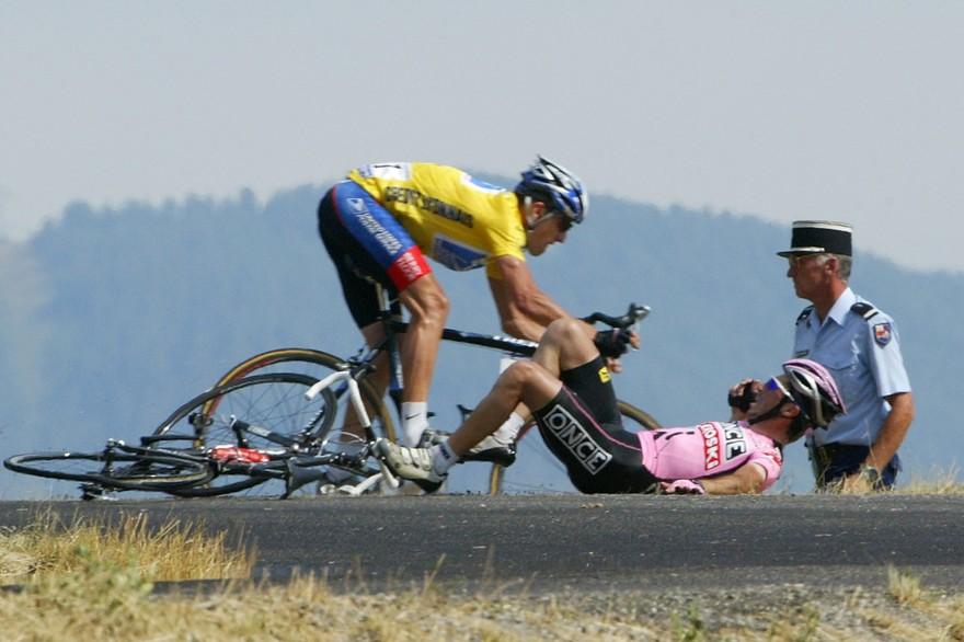 Lance Armstrong part dans le terrain quand Joseba Beloki chute